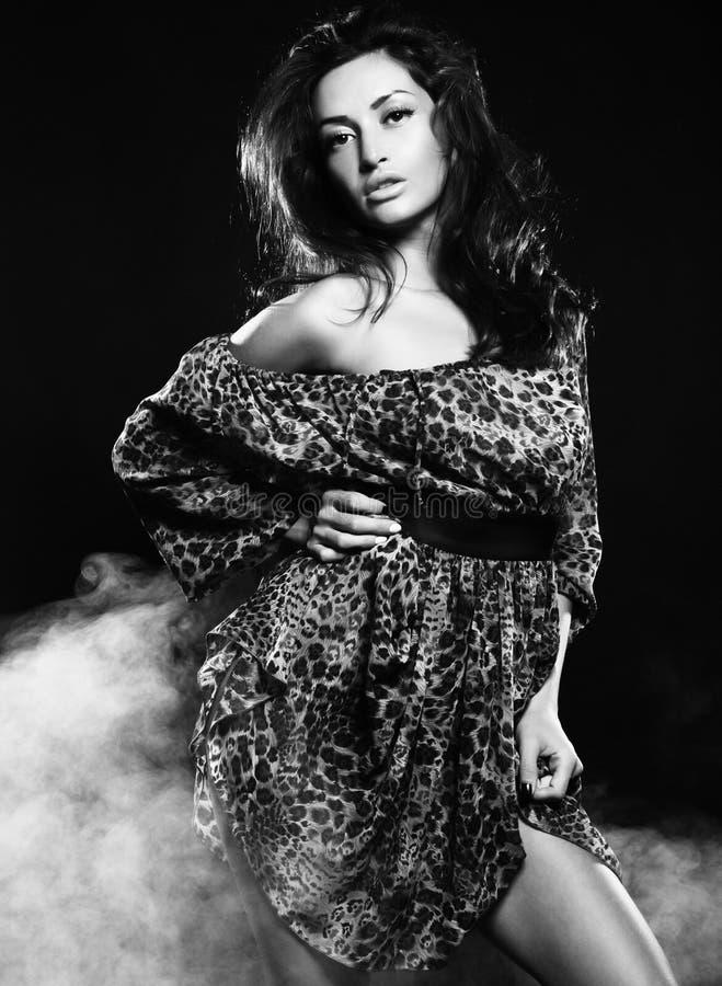 Frau mit Wind im Haar lizenzfreies stockfoto