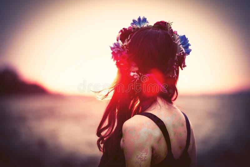 Frau mit Wreath stockbild
