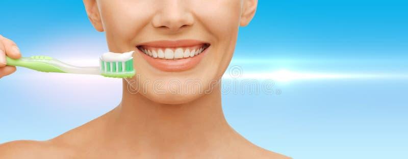 Frau mit Zahnbürste stockfoto