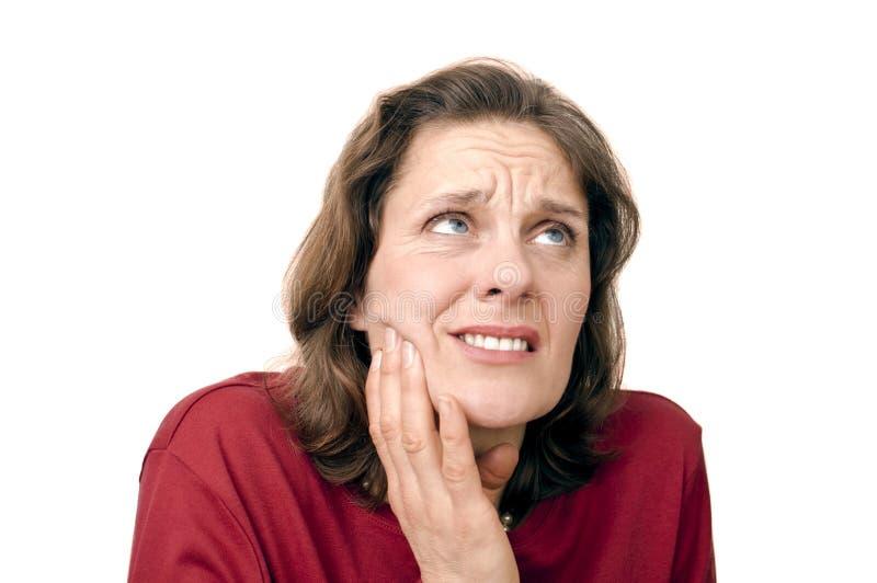 Frau mit Zahnschmerzen stockbild
