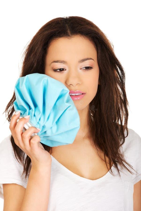 Frau mit Zahnschmerzen und Eisbeutel lizenzfreies stockfoto