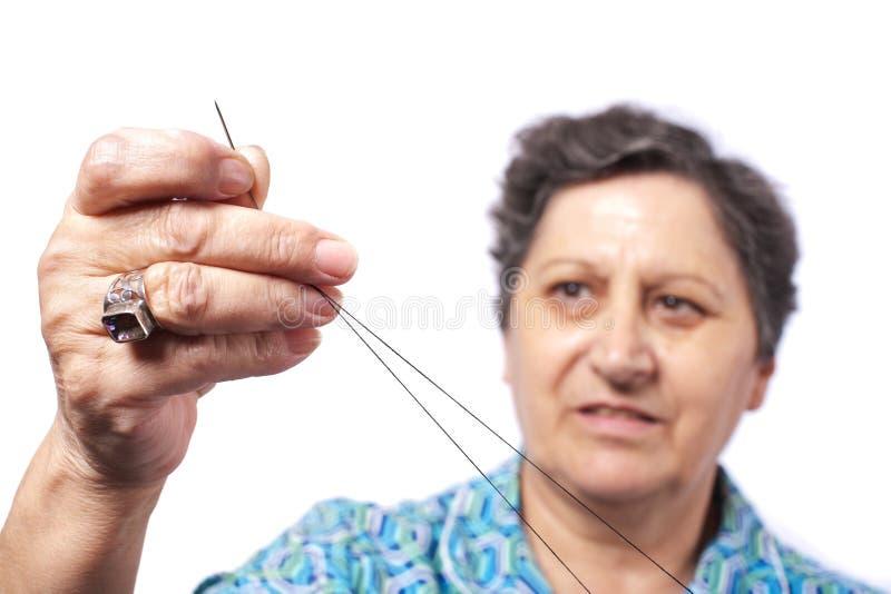 Frau mit Zeichenkette und Nadel stockfotografie