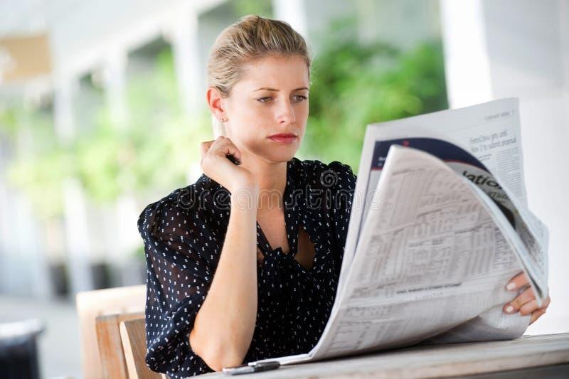 Frau mit Zeitungen lizenzfreie stockfotos