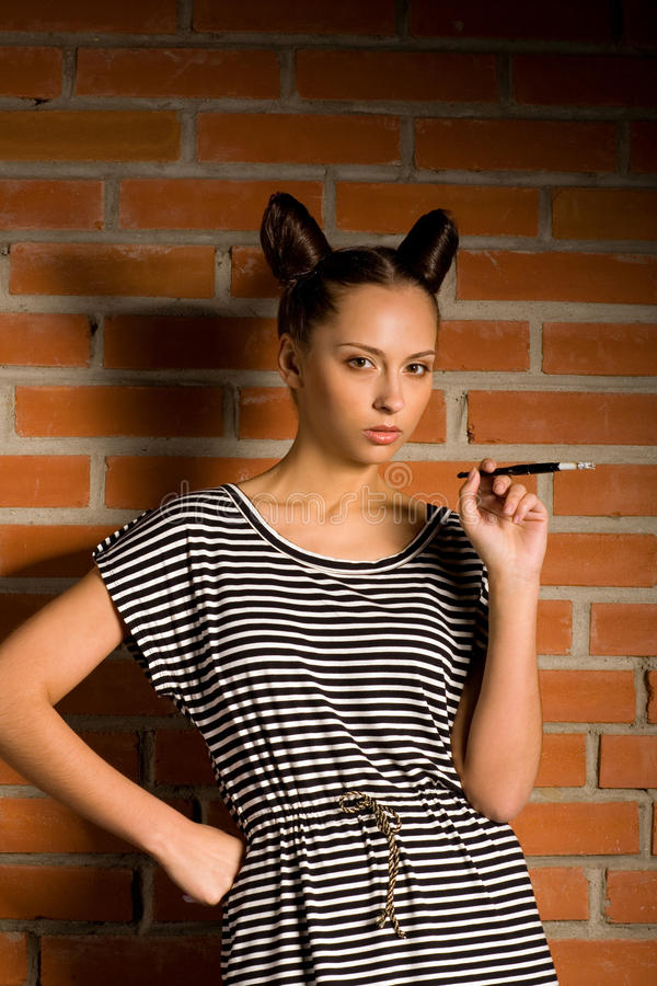 Frau mit Zigarette lizenzfreies stockbild