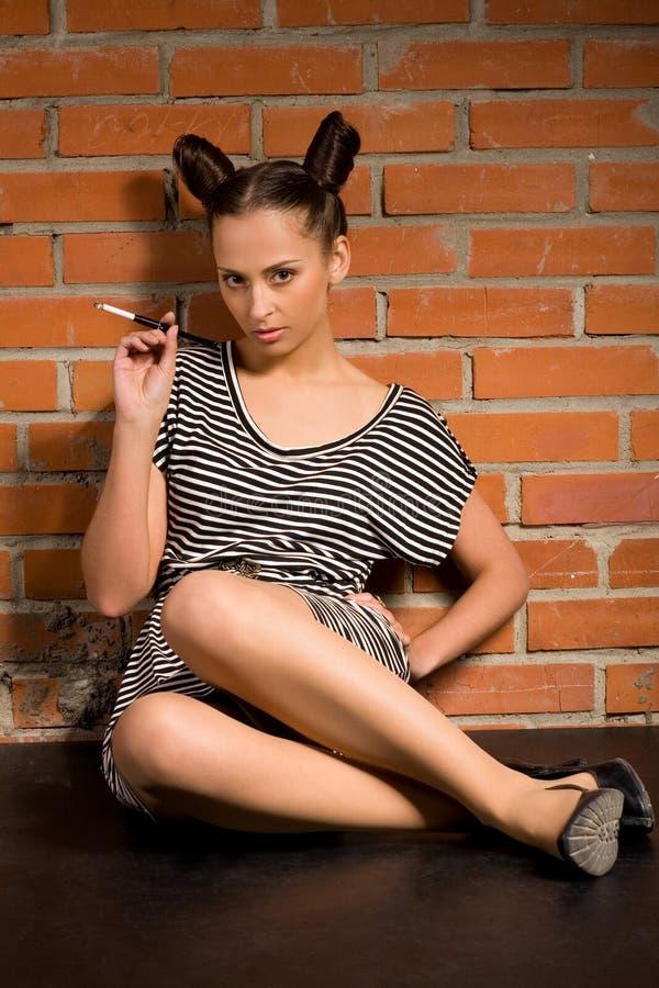 Frau mit Zigarette lizenzfreie stockbilder