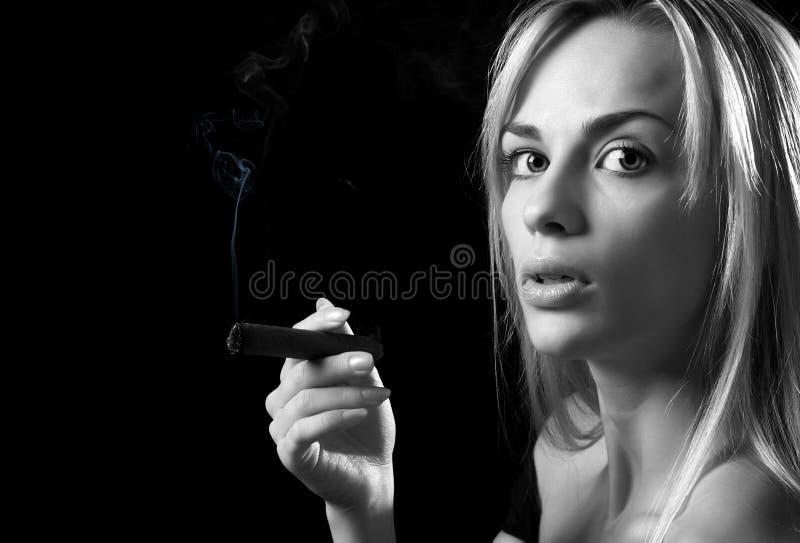 Frau mit Zigarre lizenzfreie stockfotografie