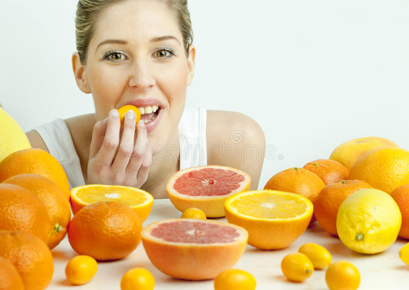 Frau mit Zitrusfrucht stockbild