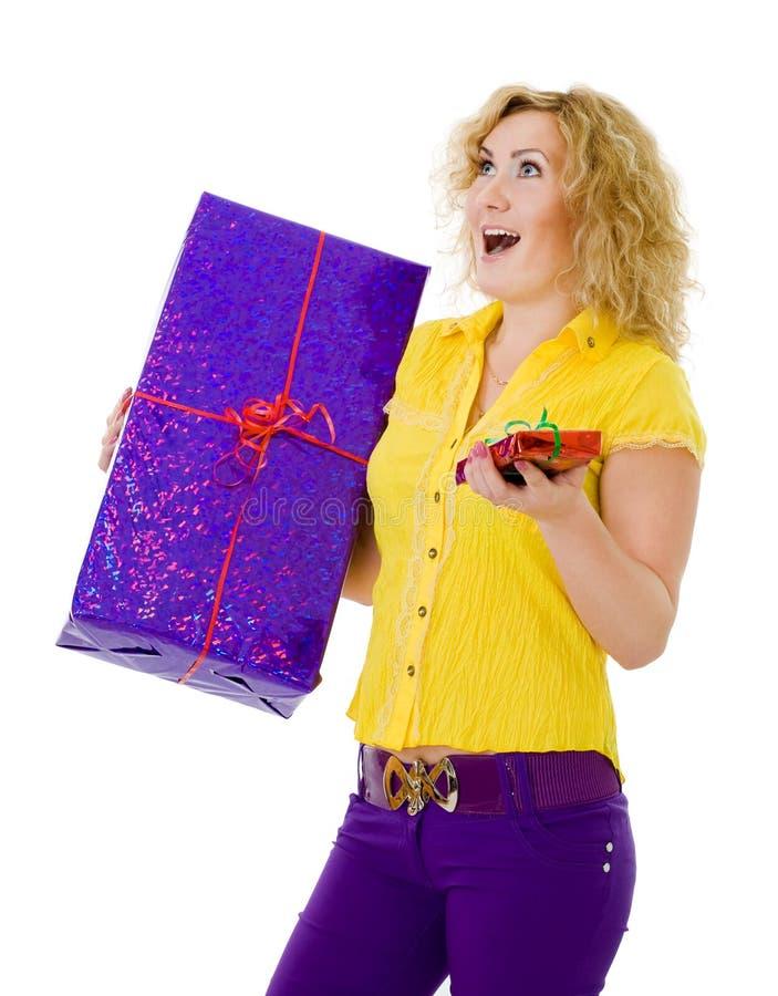 Frau mit zwei Geschenken lizenzfreie stockfotos