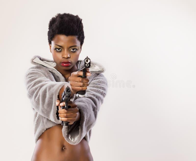 Frau mit zwei Gewehren lizenzfreies stockfoto