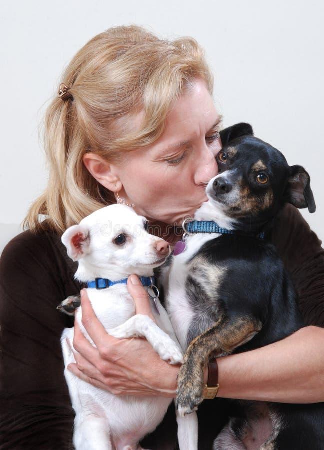 Frau mit zwei Hunden stockfoto