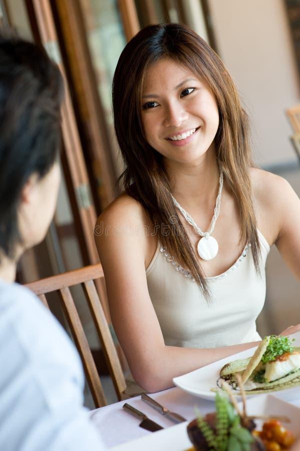 Frau am Mittagessen lizenzfreie stockbilder