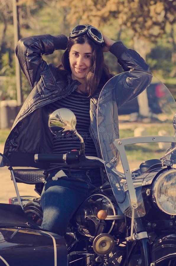 Frau am Motorrad lizenzfreie stockfotos