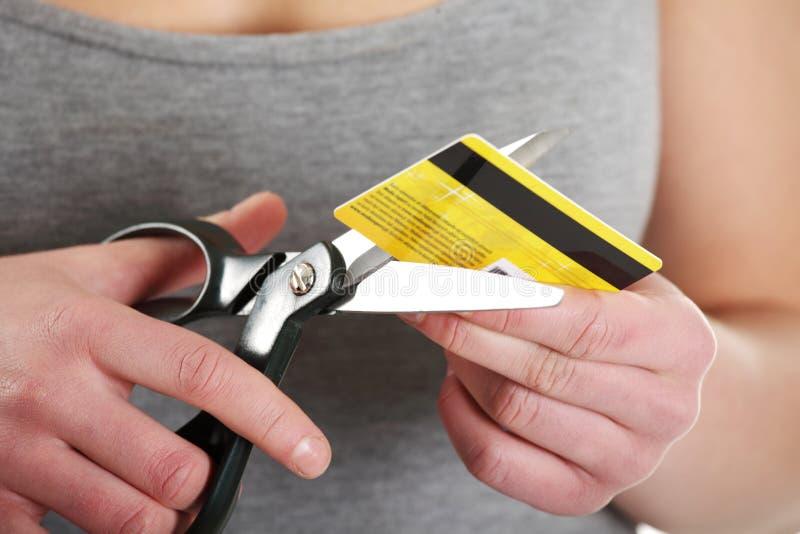 Frau muss ihre Kreditkarte zerstören lizenzfreies stockfoto