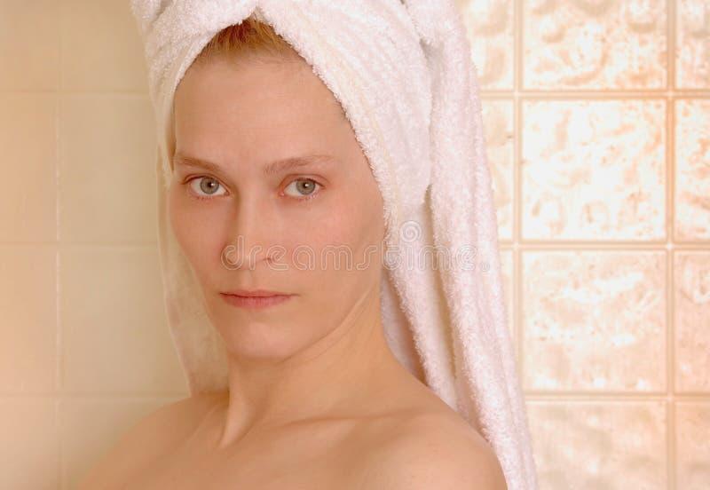 Frau nach Dusche lizenzfreie stockfotos