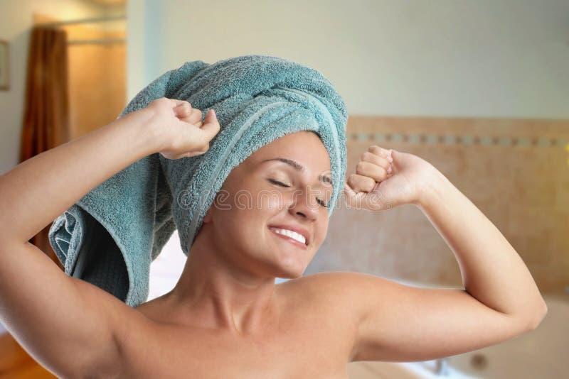 Frau nach Dusche stockbild