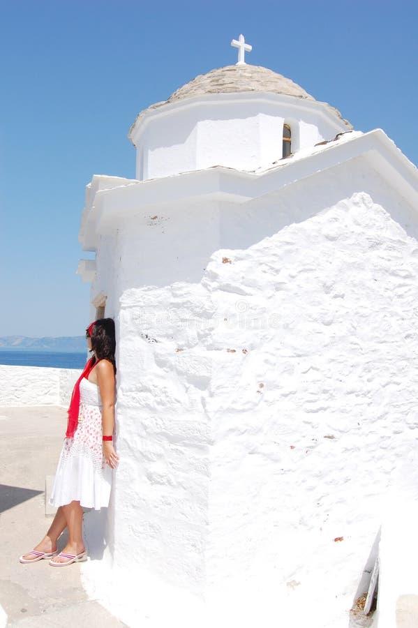 Frau nahe bei der weißen Kirche, Griechenland stockfoto