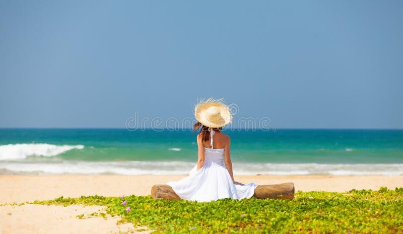 Frau nahe dem Ozean stockfotos