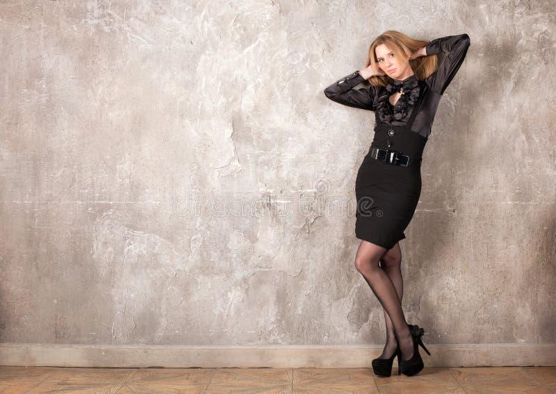 Frau nahe der Wand stockfoto