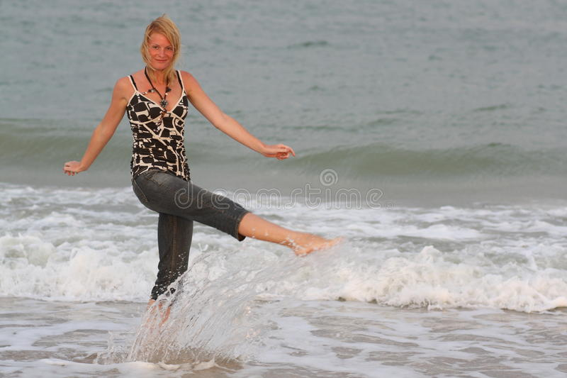 Frau nahe Meer lizenzfreies stockfoto