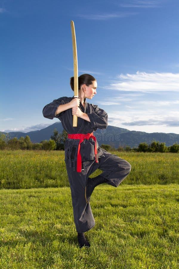 Frau ninja mit katana Klinge lizenzfreie stockfotos