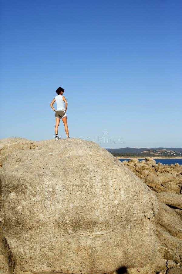 Frau oben auf den Berg stockbilder