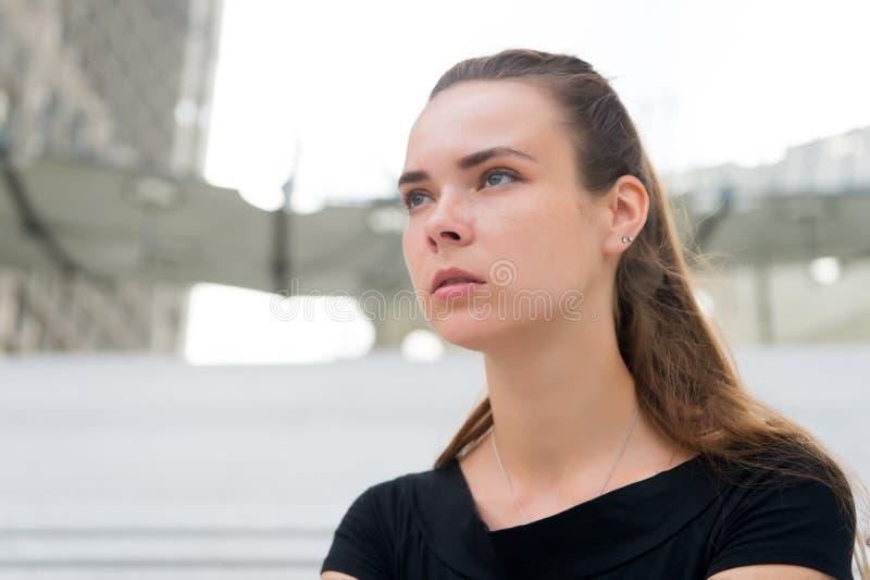 Frau ohne Make-upgesicht in Paris, Frankreich Frau mit dem langen Haar auf unscharfem Stadtbild Mädchen mit Jungeblick und sinnli lizenzfreie stockbilder