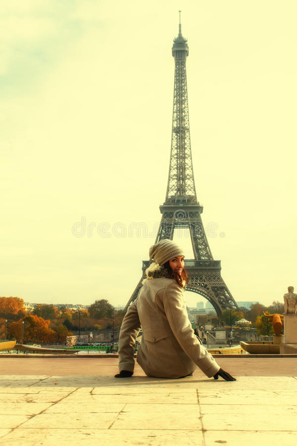 Frau in Paris stockfotografie