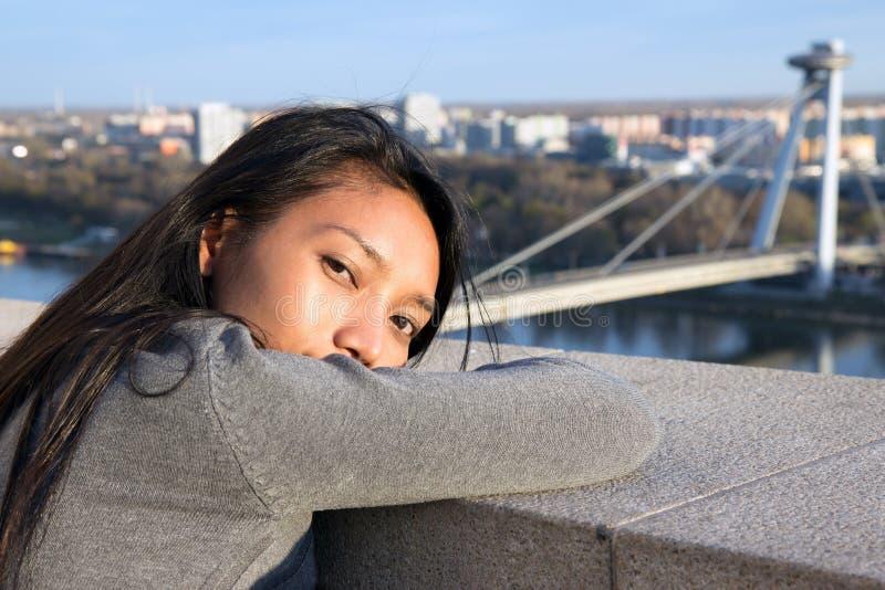 Frau passen auf SNP-Brücke auf lizenzfreie stockfotografie