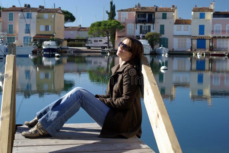 Frau am Pier stockbild
