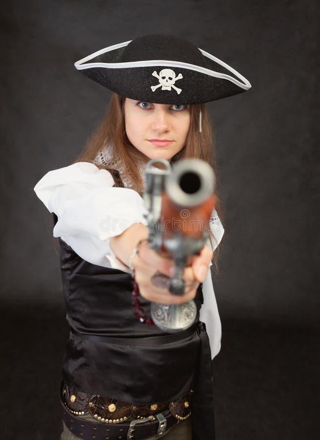 Frau - Piratenziele in uns von einer alten Pistole stockfotos