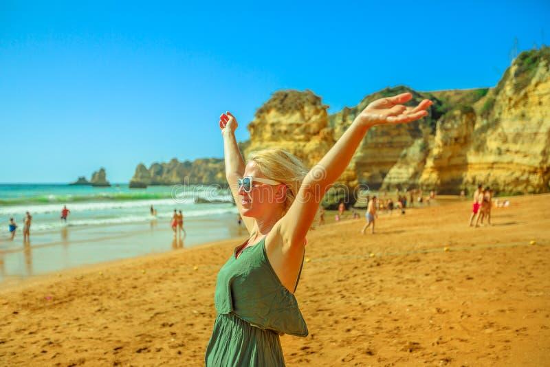 Frau am Praia Dona Ana lizenzfreies stockbild