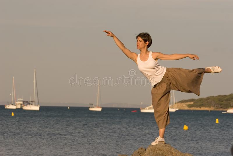 Frau am Rand des Meeres lizenzfreie stockfotos