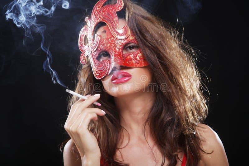 Frau raucht in der Dunkelheit stockfoto