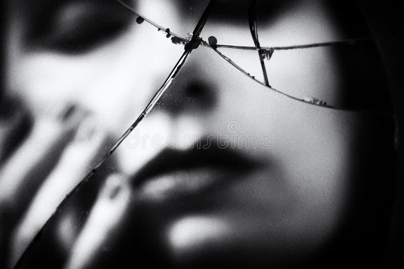 Frau reflektiert in defektem Spiegel stockfoto