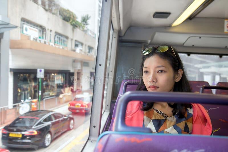 Frau reist mit einem doppelstöckigen Bus lizenzfreie stockfotografie