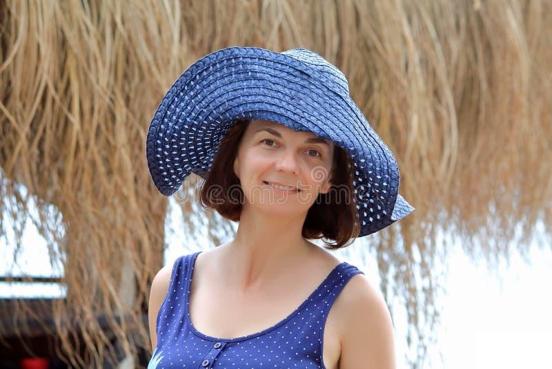 Frau reist in Sommer lizenzfreie stockbilder
