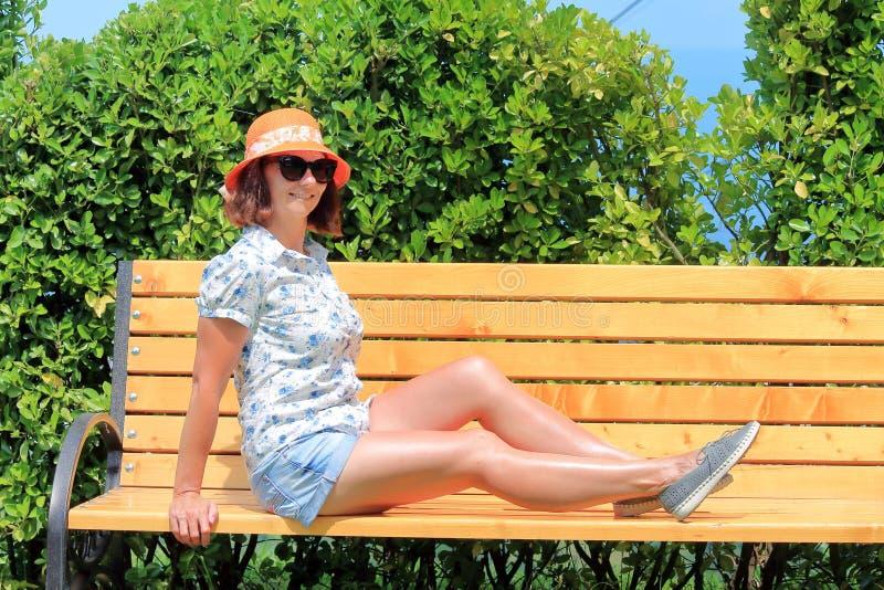 Frau reist in Sommer lizenzfreies stockfoto