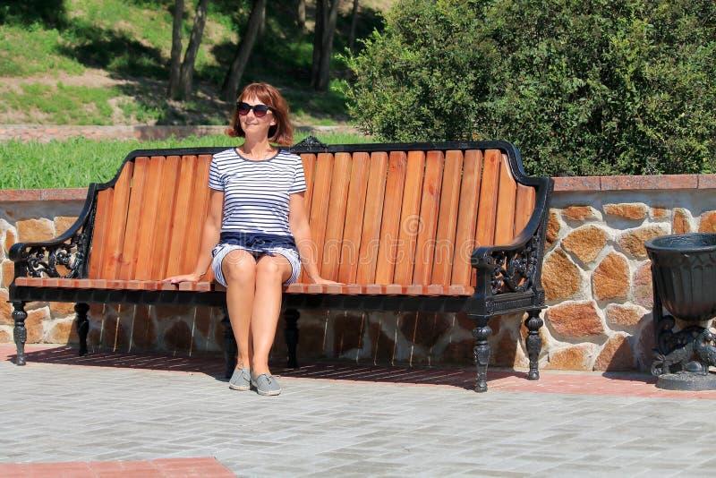 Frau reist in Sommer lizenzfreie stockfotos