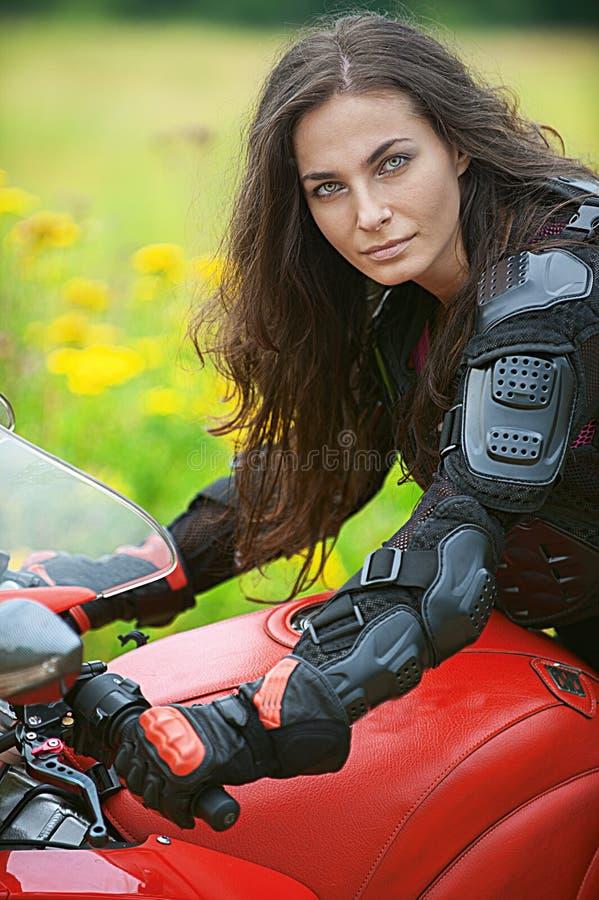 Frau Reitet Nettes Fahrrad Lizenzfreie Stockfotos