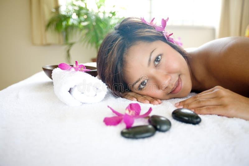 Frau restful auf Massagetherapiebett stockfotos
