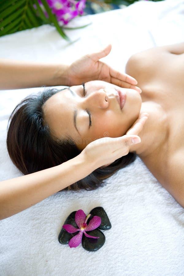Frau restful beim Haben einer Gesichtstherapie lizenzfreie stockbilder