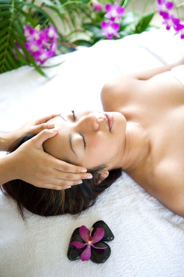 Frau restful beim Haben einer Hauptmassage stockbild