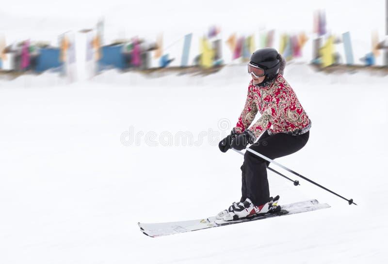 Frau rollt Skis stockfotografie