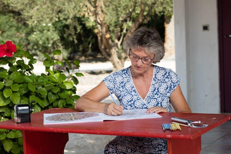 Frau am roten Schreibtisch lizenzfreies stockfoto