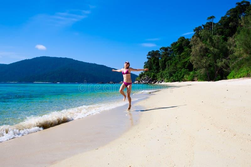 Frau runnnig auf Strand lizenzfreie stockfotos