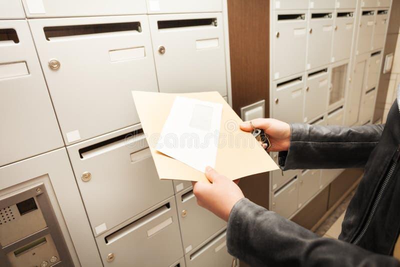 Frau ` s übergibt das Halten von Umschlägen mit Kopieraum lizenzfreie stockfotos