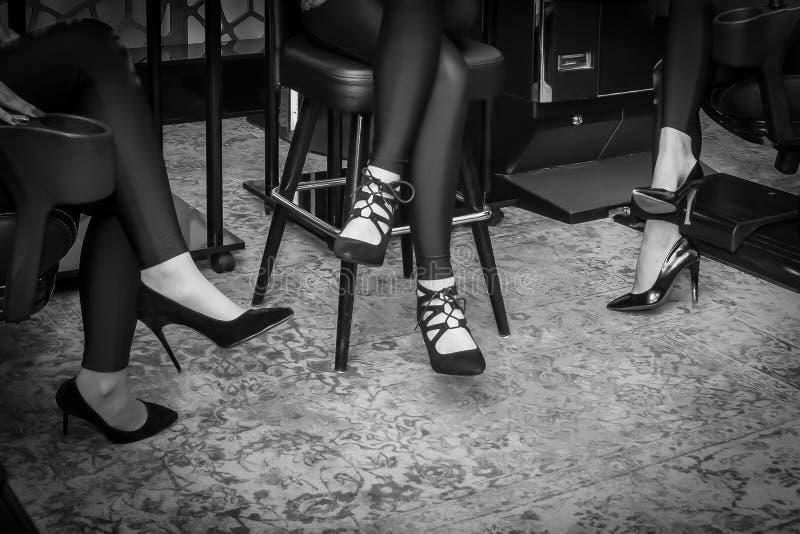 Frau ` s Beine in den hohen Absätzen lizenzfreie stockfotos