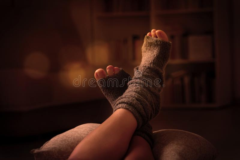 Frau ` s Füße, die auf pilow liegen stockbild