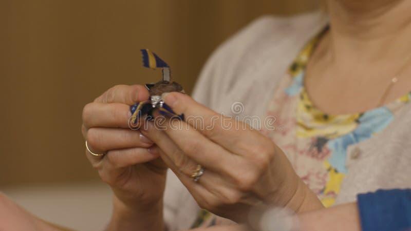 Frau ` s Hände öffnen Süßigkeit Frau bietet Süßigkeit an Frau ` s Hand, die eine traditionelle Süßigkeit hält stockbilder