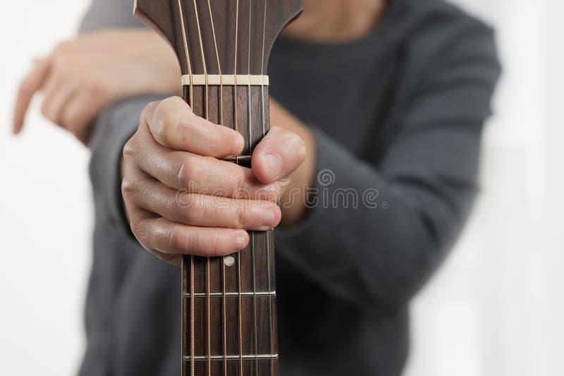 Frau ` s Hände, die Akustikgitarre spielen stockfotos